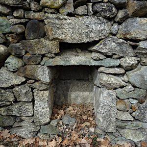 Nicchia in pietra lungo il Ru du Château - foto di Gian Mario Navillod.