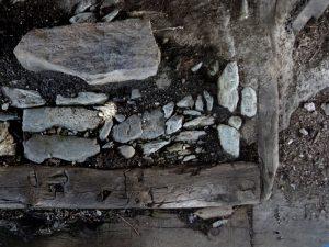 Superficie isolante per accendere il fuoco (Alpe Tellinod di Torgnon) - foto di Gian Mario Navillod.