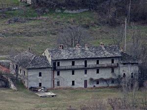 Ex priorato di Sainte Hélène visto dal sentiero del Ru d'Arberioz - foto di Gian Mario Navillod.