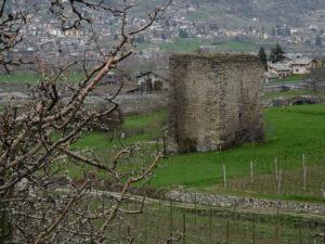 La Tour de la Plantà di Gressan vista dal Ru Neuf - Foto di Gian Mario Navillod.