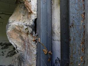 Particolare della porta d'ingresso dell'opera del caposaldo di Villeneuve (Villanova Baltea) lungo il Ru de Saint-Pierre 1 - foto di Gian Mario Navillod.