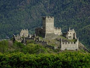 Il castello di Cly visto dal Ru Marseiller - foto di Gian Mario Navillod.