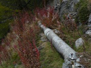 Tubo in cemento amianto del Ru des Rey di Torgnon - foto di Gian Mario Navillod.